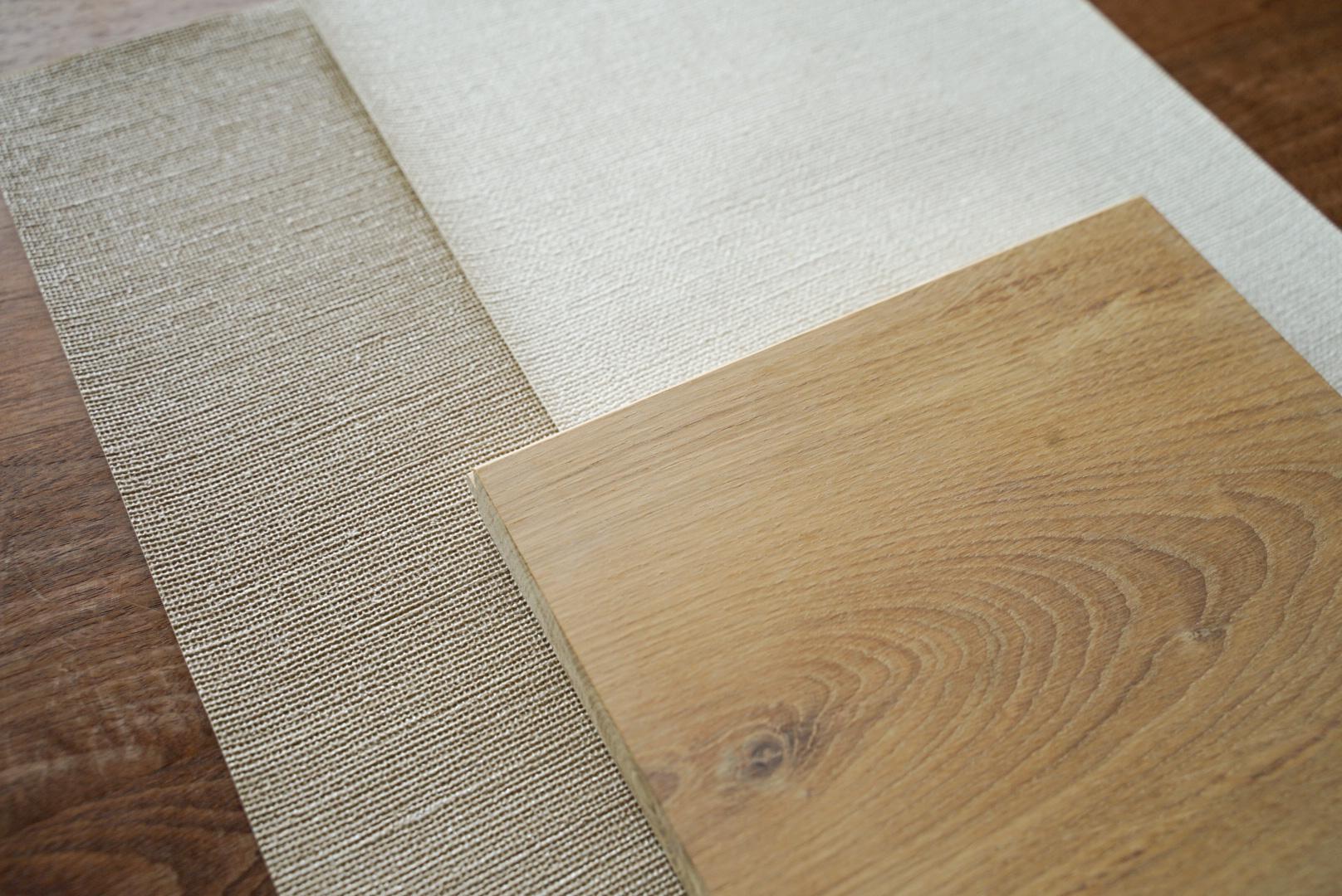 リビングの床クロスと壁の無垢板