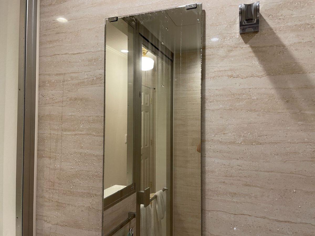 お風呂の鏡にスキージーをする画像