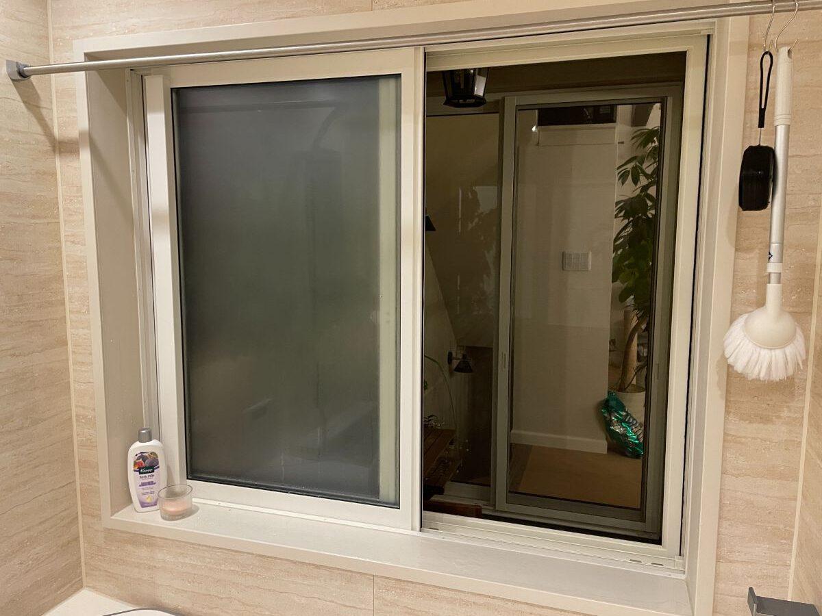 お風呂のインナーバルコニーに面する浴槽横の窓