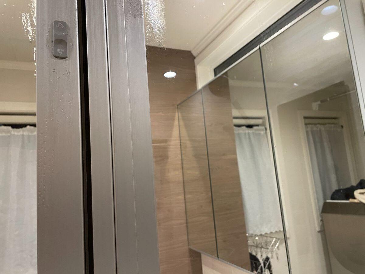 お風呂上がりに使ったタオルでガラス窓の水気を拭く