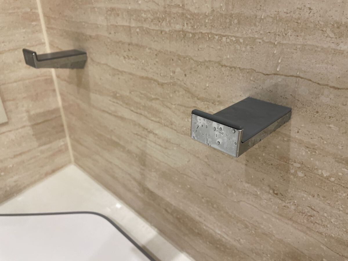 お風呂上がりに使ったタオルで水垢防止のために風呂蓋かけを拭く
