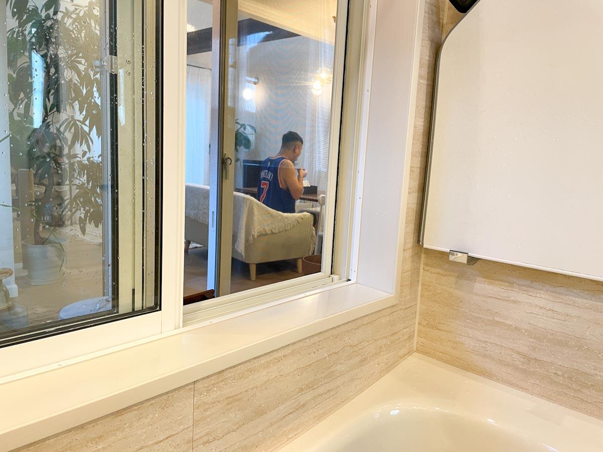 ガラス張りのお風呂からリビング