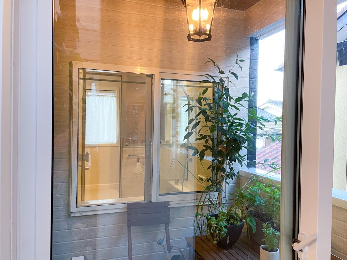 階段から上がったところのインナーバルコニーから見えるガラス張りのお風呂